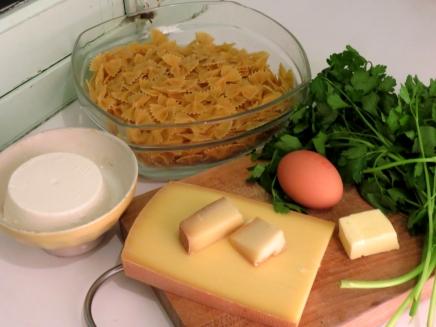 Pour réaliser le gratin de ravioli selon Hervé, il vous faudra: du Blanc salé, un Fromage de vache frais et salé utilisé avant afinage. Il peut être remplacé par de la faisselle, de la ricotta, ou du greuil. Il vous faudra aussi du comté, AOP s'il vous plait! Du beurre, un œuf, une belle bote de Persil. Des farfales. Mais surtout! Pas de ravioles…