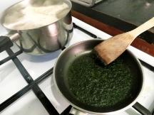 Pendant que le persil fond doucement, faites cuire de l'eau dans une casserole pour faire bouillir les papillons. Rassurez vous, si l'eau est bien chaude, il ne souffriront pas.