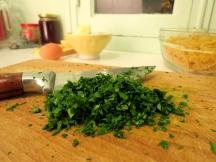 Puis hacher le persil le plus fin possible. Évitez mixeur et préférer le bon vieux couteau de cuisine car le mixeur fait de la bouillie.